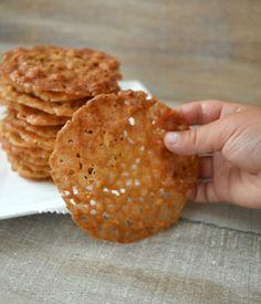 Deze maand heb ik voor kletskoppen gekozen, de bekende krokante koekjes met nootjes uit de supermarkt. Je kunt pinda's gebruiken, maar traditioneel worden ze met amandelen gemaakt. Ze zijn echt heel makkelijk te maken en de baktijd is kort