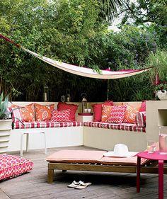 Gartendeko selber machen – farbenfrohe DIY Gartenideen - tropisches-ambiente-sitzecke-hängematte