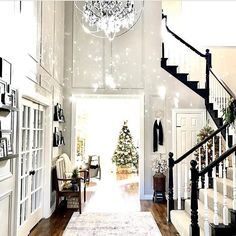 How inviting is @theramblingredhead 's foyer? Check out the crystal reflection off the chandelier! And FYI her posts are so fun to read!