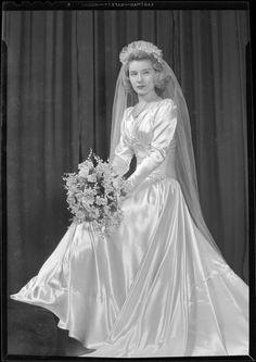 6 Beautiful Wedding Dress Trends in 2020 Antique Wedding Dresses, Vintage Wedding Photos, Wedding Dress Trends, Vintage Bridal, Wedding Attire, Wedding Gowns, Vintage Weddings, Vintage Outfits, Vintage Gowns