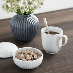 As the rest of the Hammershøi range, the colourful mug features the beautiful, decorative furrows that characterise the historical range.