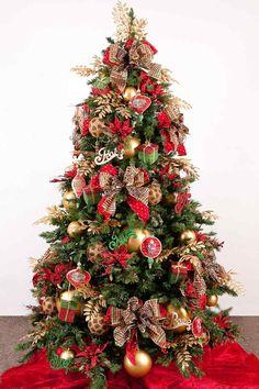 Üppig geschmückter Weihnachtsbaum in Rot und Gold