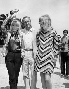 Monica Vitti, Michelangelo Antonioni y Vanessa Redgrave en la playa, en Cannes (1967)