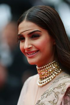 Sonam Kapoor Cannes, Sonam Kapoor Photos, Indian Actress Photos, Indian Actresses, Indian Celebrities, Bollywood Celebrities, Celebrity Jewelry, Celebrity Style, Cannes Film Festival 2014