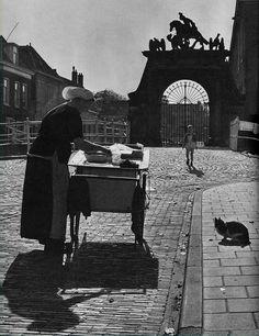 Nostalgie haring verkoopster op de Oude Varkensmarkt in Leiden