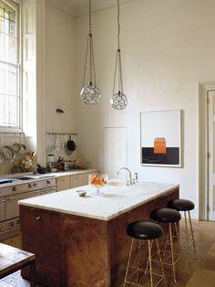 Interiér domu z 19. storočia má niekoľko veľkolepých prvkov: vysoký strop, veľké okná a k tomu minimalistický prístup k zariadeniu s nádychom farieb. Vizuálne zaujímavý luxus dáva navzdory svojej vznešenosti príjemný pocit domova.