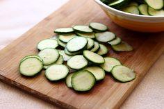 Tarta rustica cu dovlecei - felii de dovlecel Cucumber, Zucchini, Cake Recipes, Paste, Salvia, Food Cakes, Chicken, Vegetables, Cooking