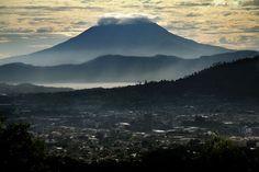 San Salvador, El Salvador, Lago Ilopango y Volcán de San Vicente al fondo