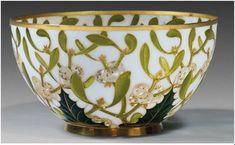 """Fernand Thesmar. Coupelle. 1892. Emaux translucides dits """"pliques à jour"""" vert sur fond blanc entièrement cernés à l'or."""