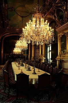 How cool would this be for dinner parties, murder mystery parties, or Victorian roleplaying parties.