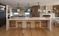 un comptoir en bois et granit dans la cuisine spacieuse