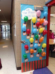 Puerta adornada con la foto y el nombre de cada uno de los niños de esa clase.