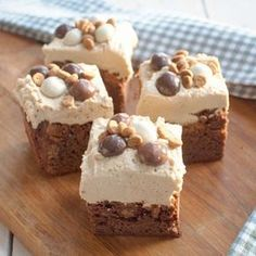Recipe: Brownies with gingerbread cookies and speculoos mousse - Savory Sweets - See the moon shining through the trees … These brownies with gingerbread cookies and speculoos mo - No Bake Desserts, Just Desserts, Dessert Recipes, The Joy Of Baking, No Bake Bars, Tasty, Yummy Food, Happy Foods, Pie Dessert