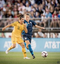USA's Emily Sonnett (right) battles Australia's Lisa De Vanna for the ball. Female Soccer Players, Matilda, Fifa, Olympics, Euro, Football, Running, Sports, Women