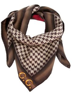 Brown and white hounds tooth check scarf from Gucci featuring red and green stripe and gold G logo. Hounds tooth is classically stylish! Turbans, Handbag Accessories, Fashion Accessories, Gucci Fashion, Womens Fashion, Christian Dior, Houndstooth Scarf, Gucci Scarf, Lv Scarf