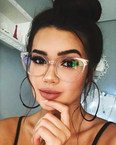 Round Face Glasses: Tips for Choosing the Ideal and 20 Beautiful Models – Beauty Ideas Glasses For Round Faces, Girls With Glasses, Glasses Trends, Womens Glasses Frames, Celebrity Casual Outfits, Girls Tumbler, Lunette Style, Cute Glasses, Geek Glasses