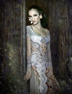 Kebaya Anne Avantie Model Atiqah Hasiholan