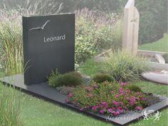 Modern grafmonument - 18973 - Het graf is gemaakt van een donker graniet met een matte glans. De matte bewerking geeft het monument een modern karakter. Paarse tinten als lavendel combineren mooi met de zachtgrijze tint. Grafmonumenten,Inspiratietuin Modern Enkel Natuursteen,RVS