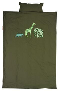 Hip Taftan dekbedovertrek Safarimet in retro stoffen geborduurde safari dieren op een diep groene achtergrond. Mooi te combineren met een bijbehorende hoeslaken. DezeTaftan dekbedovertrek Safari is in meerdere maten beschikbaar.