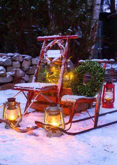 Jouluvaloilla ja talvisilla lyhdyillä luot pihalle ihastuttavaa säihkettä ja tunnelmaa. Katso Viherpihan houkuttelevat ideat pihan valaistukseen ja inspiroidu!
