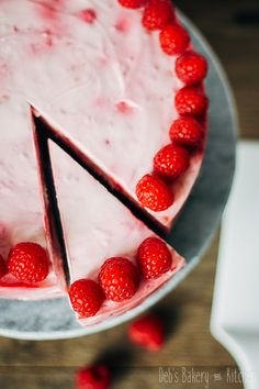 Deze heerlijke frisse frambozen yoghurttaart met chocoladebodem is niet te zoet en extra lekker door de zelfgemaakte shortbread koekbodem.