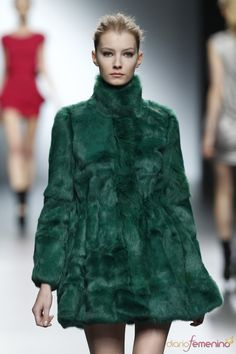 El abrigo de piel verde causa sensación en el desfile de Amaya ...