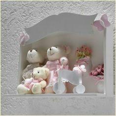 Eternize esse momento tão especial que é a chegada do seu bebê com um lindo Porta maternidade família. O Porta maternidade família pode vir com boneca (o) ou urso (a) 100% algodão, com quantos componentes familiares você precisar. Nós personalizamos seu Porta maternidade família como desejar, e temos também Porta maternidade família a pronta entrega. Saiba mais em http://www.sonhoselembrancas.com.br/lembrancas/porta-maternidade.php
