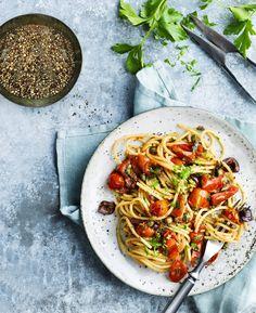 Pasta al pomodoro tehdään kirsikkatomaateista. Lisää oliiveja, kapriksia ja ripaus chiliä, niin arkiruoka tuntuu ylelliseltä.