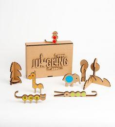 Kit Jungling : des animaux en cartons, des gommettes de couleurs, un petit livre avec des idées et des tas d'histoires à inventer ! Créé par Milimbo, atelier graphique installé en Espagne.  À shoper sur http://www.magazinegeorges.com/