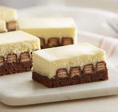 KitKat Cheesecake Brownie recipes and ingredients delivery — No Bake Desserts, Just Desserts, Delicious Desserts, Dessert Recipes, Yummy Food, Gourmet Desserts, Paleo Food, Snacks Recipes, Recipes Dinner