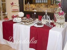 Mesa dulce para boda en tonos granate y blanco con decoración de mariposas.