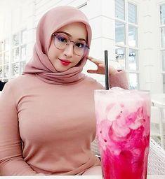 Girl in Hijab Arab Girls Hijab, Girl Hijab, Muslim Girls, Beautiful Hijab Girl, Beautiful Muslim Women, Ootd Instagram, Moslem, Muslim Beauty, Arab Women