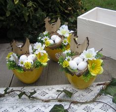 Easter Flower Arrangements, Easter Flowers, Deco Floral, Floral Design, Bed Spring Crafts, Button Crafts, Easter Wreaths, Holidays And Events, Happy Easter