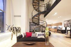 Offener Wohnraum mit Wendeltreppen