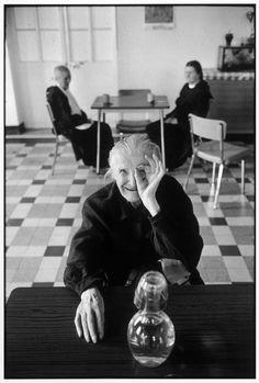 Martine Franck. FRANCE. Ile de France region. Town of Ivry sur Seine. Old people's home. 1975.