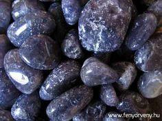 Az iolit a látomás köve. Aktiválja a harmadik szemet, s amikor az összes csakra összehangoltan működik, megkönnyíti a vizualizációt és az ösztönös megérzéseket. Elmélyíti a kapcsolatot a belső tudással. / Kristálygyógyászat/Gyógyító kövek: Iolit ~ gyógyítás kövekkel, gyógyító ásványok, gyógyító kövek, gyógykristályok, kristálygyógyászat, kristályok, ásványok, fényörvény Crystals Minerals, Rocks And Minerals, Crystals And Gemstones, Stones And Crystals, Natural Gemstones, Gem Stones, Healing Stones, Crystal Healing, Gemstone Properties