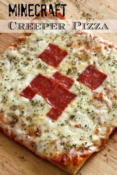 Learn to make this simple Minecraft Creeper pizza for your Minecraft party! See … - Everything About Minecraft Minecraft Party Activities, Minecraft Food, Amazing Minecraft, Minecraft Crafts, Minecraft Party Ideas, Minecraft Recipes, Minecraft Party Decorations, Minecraft Skins, Minecraft Buildings