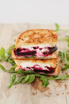 Sandwich aux bettraves et fromage de chèvre