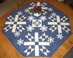 Tutorial : Snowflake Center Piece - lovely on a table, but would also make a pretty Christmas tree skirt. Blue Quilts, Small Quilts, Mini Quilts, Table Topper Patterns, Quilted Table Toppers, Table Runner Tutorial, Table Runner Pattern, Table Runner And Placemats, Quilted Table Runners