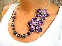 sandalias a crochet | Collar con flores púrpuras tejidas a crochet | Yo Utilísima