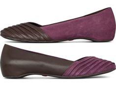 Camper.com Twins gibt es als Ballerina in Dunkellila und Braun, gefertigt aus weichem Nubuk- und Vollnarbenleder.