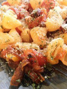 Pâtes au  Chorizo WW  -  4 pers  :  1 oignon rouge tranché  100 g 165 g  chorizo coupé en 1/2 rondelles  300 g  tomates cerise  1 gousse d'ail  240 g de grosses pâtes  1 gr bte  tomates concassées  100 g d'olives dénoyautées  20 g de parmesan rapé