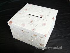 Unieke enveloppendoos gemaakt van handgeschepte papier. Bloemblaadjes, gras, blad en schors zijn duidelijk zichtbaar.     Afmetingen: 33cm x 33 cm x 20cm