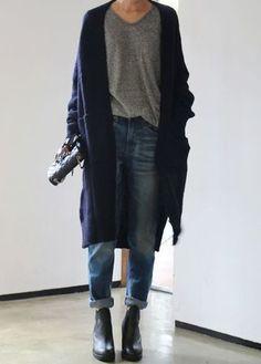 ロングニットコートのようなとても女性らしいデザインのアイテムに、あえてボーイフレンドデニムを合わせれば、こなれ感が出ますね。