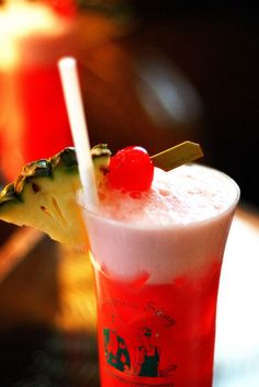 One simply can not visit singapore and not have a singapore sling at the raffles hotel. Retro Recipes, Vintage Recipes, Ethnic Recipes, International Cocktails, Yummy Treats, Yummy Food, Singapore Sling, Eat Pizza, Mixed Drinks