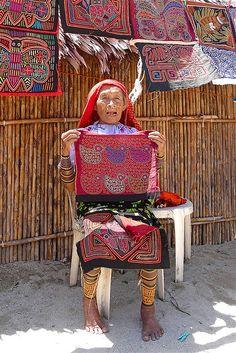 We verblijven op het eilandje Wichub Wala, gelegen ten NO van de provincie Panama aan de kust van de Atlantische oceaan. Het eilandje is piepklein. Het staat vol met nette hutjes. Er is een bakker, een supermarkt, een restaurant, een groot plein en een grote gemeenschappelijke overdekte ruimte met zitbanken. Regelmatig komen de dorpsbewoners daar samen om belangrijke beslissingen te nemen. Het eilandje zelf heeft een dorpschef en telt zo ongeveer een gemeenschap van een paar honderd 'Kuna…