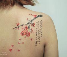 Simples mas bela flor de cerejeira tatuagem no ombro. O pequeno ramo com flores de cerejeira é acompanhada por uma citação em caracteres coreanos mostra a influência oriental do design que o torna ainda mais exclusivo. (Foto: Fontes de imagem)
