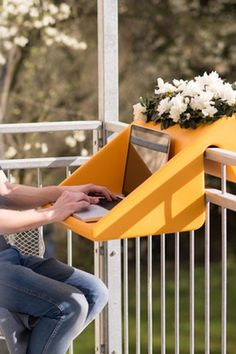 Praktische Balkon-Deko: Tischchen am Balkongeländer