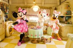 So cute! It's the GIRLS in Minnie's kitchen!!! Disney Parks Housewives: Minnie, Daisy and Marie