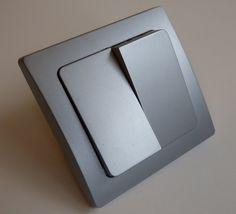 Die Vereinigung von funktioneller, praktischer Technik und natürlich schönem Design. Alle 'DELPHI-Silbern'-Komponenten sind für Längs- und Quermontage geeignet und mit einer eleganten silbernen Oberfläche versehen. - Anschluß: 230V/50Hz<br /> - Kratzfest: Ja<br /> - Schaltvorgang: prellfrei<br /> - leicht erweiterbar<br /> - Rahmen: inklusive<br /> - Ausführung: Unterputz<br /> - Farbe: silbern<br /> - Maße: 80x80mm<br />